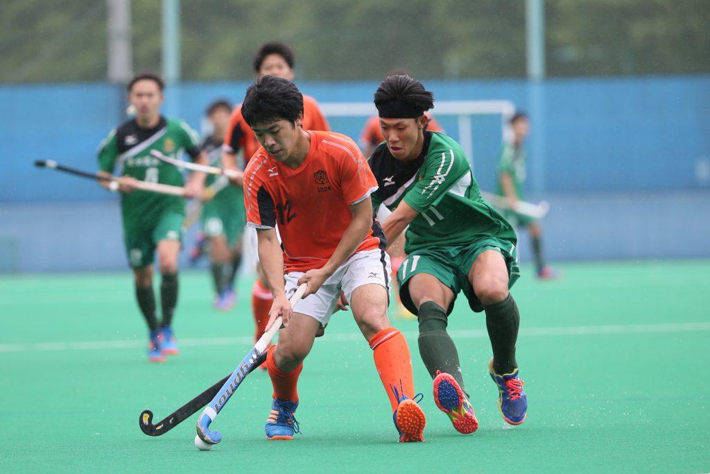 本日3得点を決め勝利に貢献した#12山口進也選手が相手選手を背にボールを競り合う(左、オレンジ色ユニフォーム)