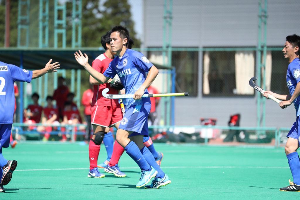 今回ペナルティコーナーから3得点をあげた『岐阜朝日クラブ』#5山田翔太選手がチームの皆に祝福されるシーン