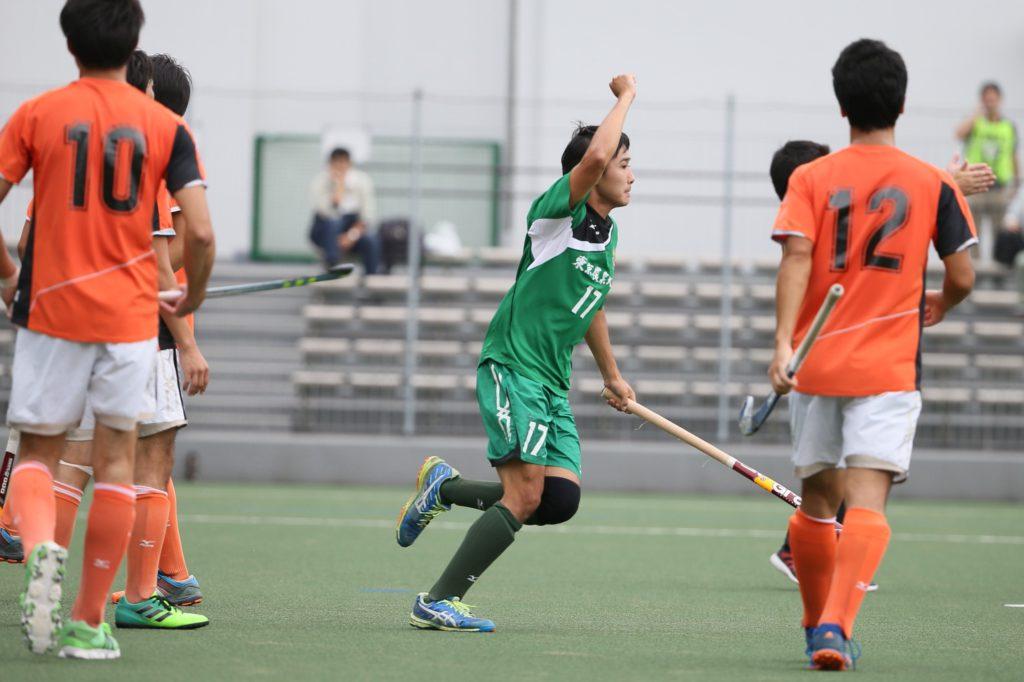 先制点を挙げて、こぶしを掲げてよろこぶ『東京農業大学』#17沼辺大樹選手
