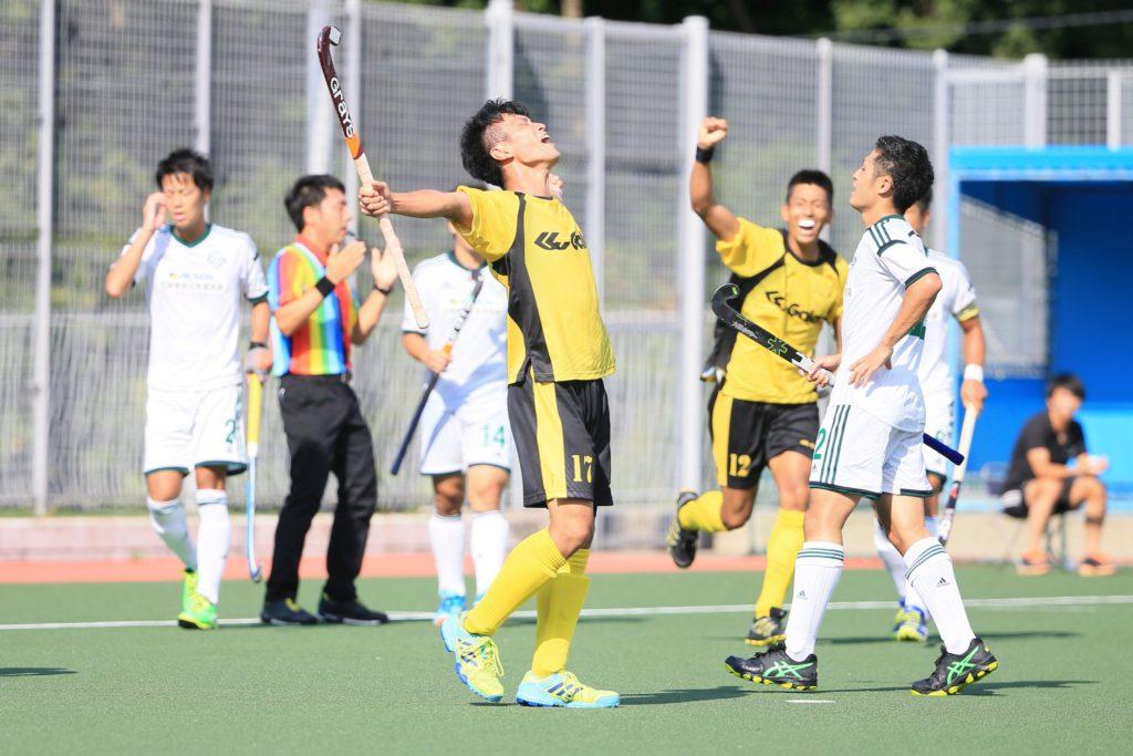 勝ち越し点を決め、両手を広げて天を仰ぐ、『福井クラブ』#17和久利裕貴選手