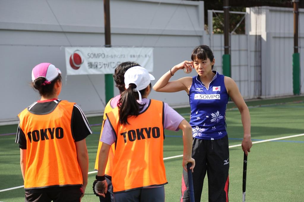 ホッケークリニックで高校生に指導する小野真由美