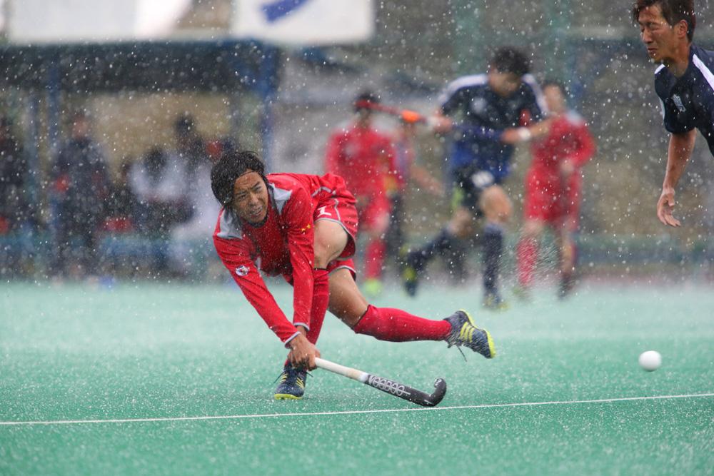 激しい雪の降る中プレーする小矢部RED OX #7村田和麻